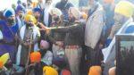 ਸਿੱਖ ਨੌਜਵਾਨਾਂ ਨਾਲ ਗੱਲ ਕਰਦੇ ਹੋਏ ਪੁਲਿਸ ਅਧਿਕਾਰੀ