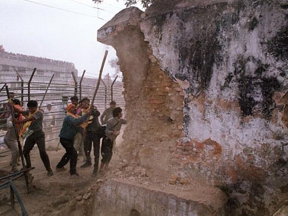 ਬਾਬਰੀ ਮਸਜਿਦ ਤੋੜਦੇ ਹੋਏ ਹਿੰਦੂ ਜਥੇਬੰਦੀਆਂ ਦੇ ਕਾਰਕੁੰਨ (ਫਾਈਲ ਫੋਟੋ)