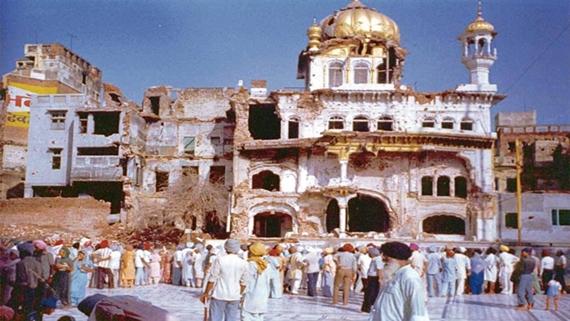 ਜੂਨ 1984 'ਚ ਭਾਰਤੀ ਫੌਜ ਵਲੋਂ ਅਕਾਲ ਤਖ਼ਤ ਸਾਹਿਬ 'ਤੇ ਹਮਲੇ ਤੋਂ ਬਾਅਦ ਦੀ ਤਸਵੀਰ